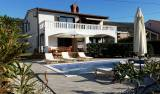 Otok Krk-Punat, kuća s bazenom na 2 etaže + garsonjera,velikom okućnicom i garažom!!!
